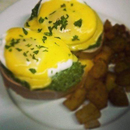 Lluvia Deli Bar & Artefacto: eggs florentine