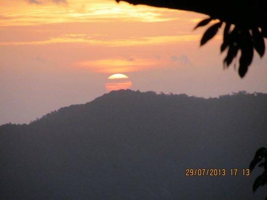 Urumbi Hill Palace Plantation Resort: Sunset from the Resort