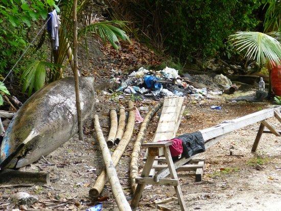 Bolilanga Island Resort: Basura detrás de nuestra cabaña