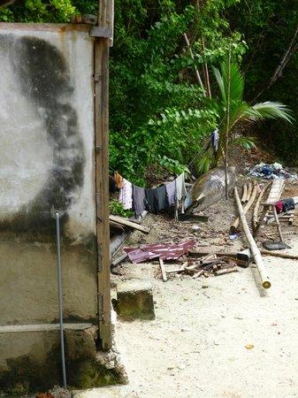 Bolilanga Island Resort: Baño comunitario detrás de nuestra cabaña y basura acumulada