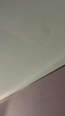 MH Design Hotel: macchia sul soffitto della camera