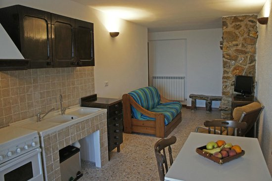 Bed & Breakfast TerraMare: Cucina con camino a disposizione degli ospiti. Lounge with fireplace and kitchen for guests
