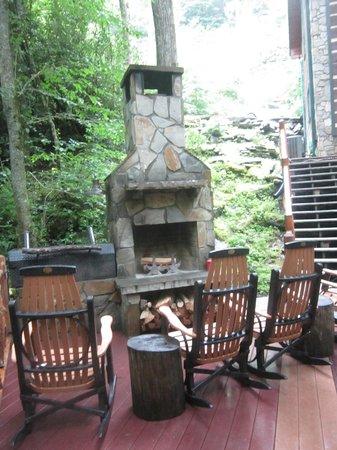 Cherokee Mountain Cabins: Fireplace by creek