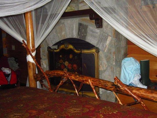 Cherokee Mountain Cabins: Bedroom fireplace