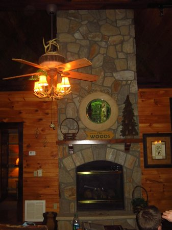 Cherokee Mountain Cabins: Gas fireplace in tv area