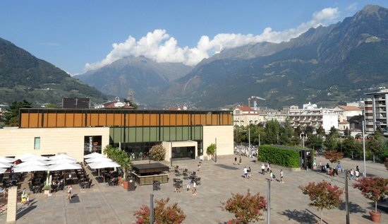 Hotel Therme Meran: The plaza and main thermal building