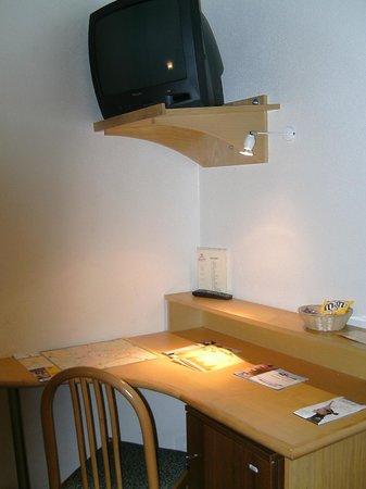 Hotel Albert 1er: Pequeño escritorio en habitación