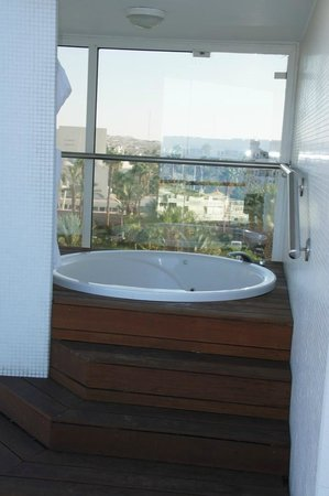 Royal Beach by Isrotel Exclusive Collection : Jacuzzi sur la terrasse de la chambre