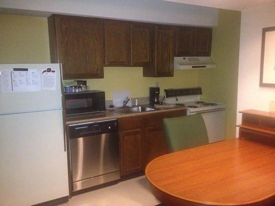 Hawthorn Suites By Wyndham Fishkill/Poughkeepsie Area: full size kitchen