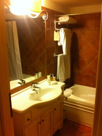 Colonna Resort: salle de bains baignoire
