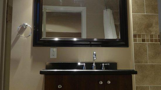 Travellers Motel: Room 7 Vanity