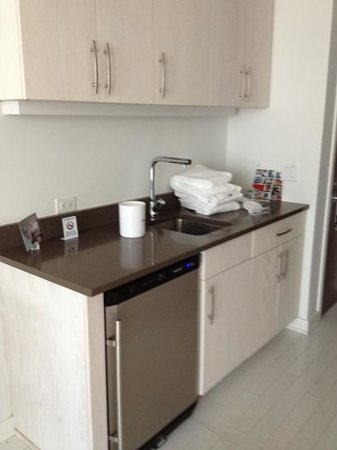 Bungalow Hotel: beautiful kitchen has nothing in it...no coffee maker. sub-par!