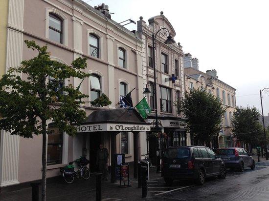 O'Loughlins Hotel: Fachada