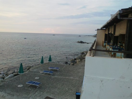 Villaggio Club Agrumeto: la mia postazione di combattimento, direttamente sul mare era come mangiare in barca senza il ma