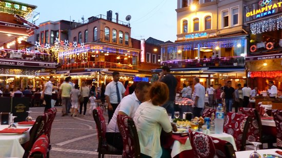 Hotel Niles Istanbul: Piazza on the way to the sea from the Hotel. You will enjoy the boardwalk. About 10 mins walk