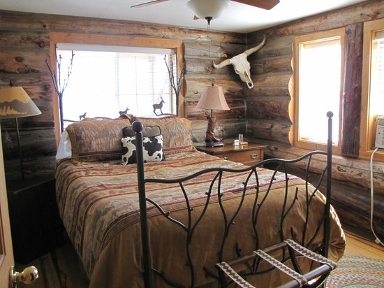 Syringa Lodge: One of our two rooms, cowboy themed