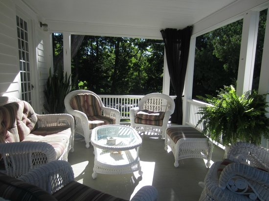 Applewood Manor Bed & Breakfast: porch in yard