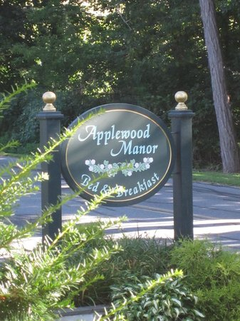 Applewood Manor Bed & Breakfast: Bed and breakfast sign