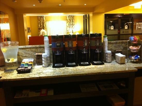 Hampton Inn & Suites Annapolis : 24hr coffee station