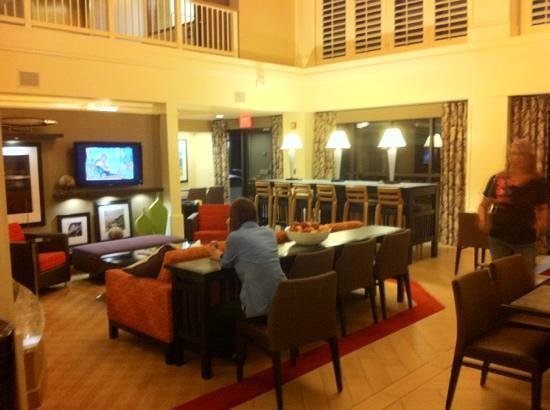 Hampton Inn & Suites Annapolis: lobby/breakfast area