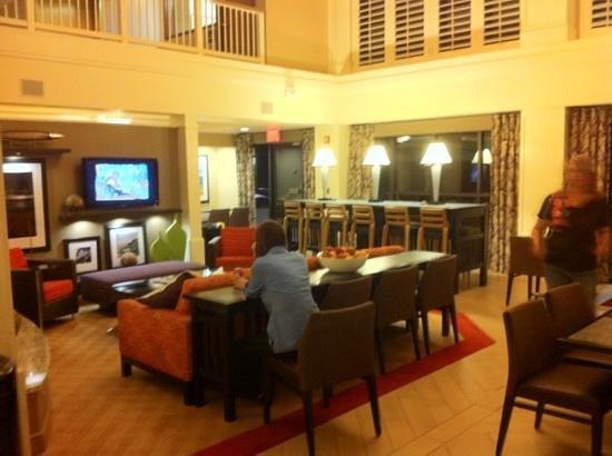Hampton Inn & Suites Annapolis : lobby/breakfast area