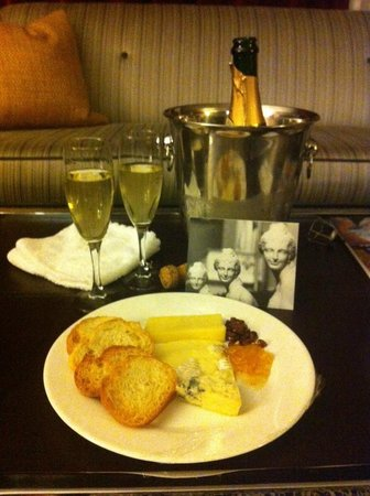 Kimpton Rouge Hotel: Champagne, snacks & hand written notecard from hotel staff