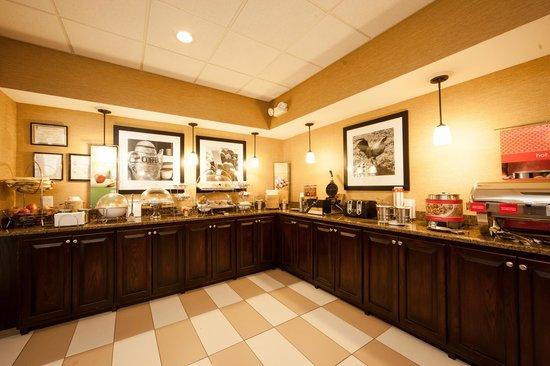 Hampton Inn Lagrange near Callaway Gardens: Complimentary Breakfast