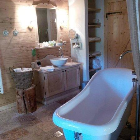 Inns Holz: bathtub in living room