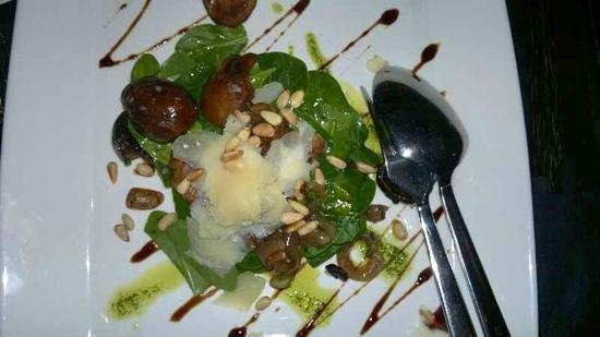 Mantra Restaurant & Bar: spinach salad