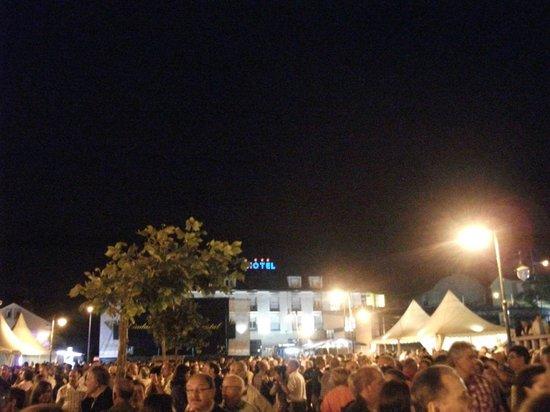 Hotel Playa de Laxe: Vista del hotel desde el mogollón. 4 de la mañana. ¿ Dormir?