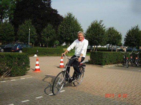 Ampt van Nijkerk : Fietsen naast autoparking en onderdak