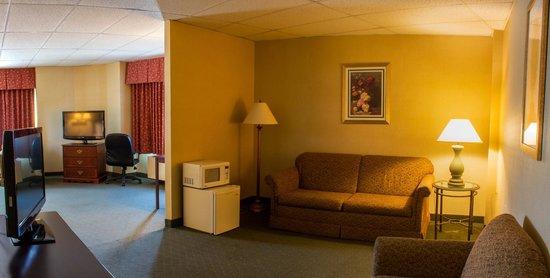 Comfort Inn Ballston: Sitting area with microwave and fridge