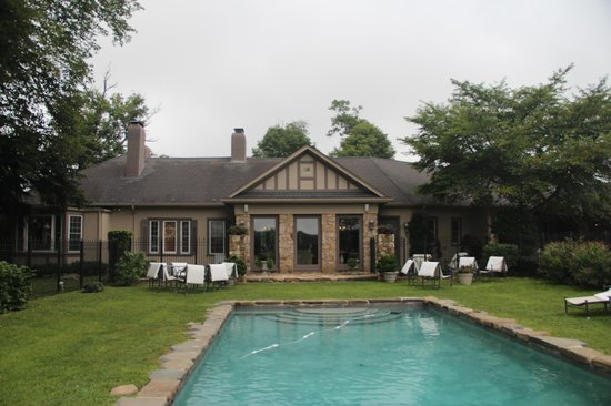 Glen Gordon Manor: view of the house from pool area