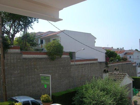 Els Llorers: vue du balcon chambre n1O1 au dessus du bar/restau