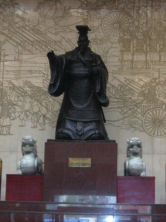 Dynasty Hotel: Hall avec statue