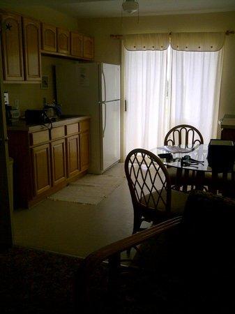 The Aloha Motel Apartments: Room G Kitchen & Dining Area