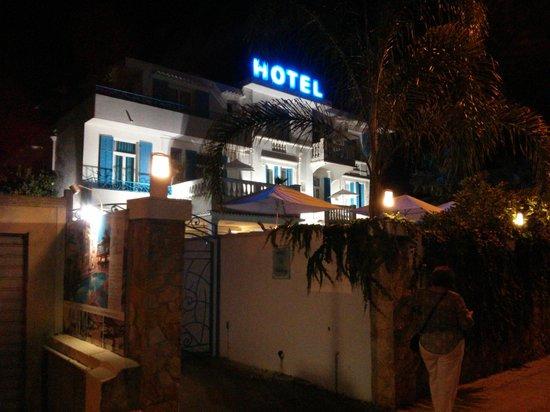 Hotel Juan Beach: Hotel at night