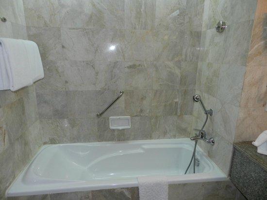 Century Park Hotel: Vasca da bagno