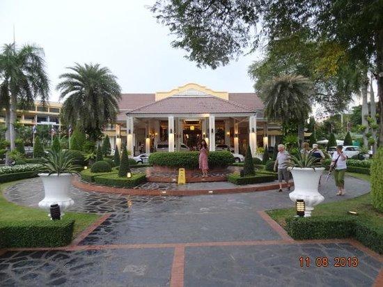 Dusit Thani Pattaya: Front Entrance