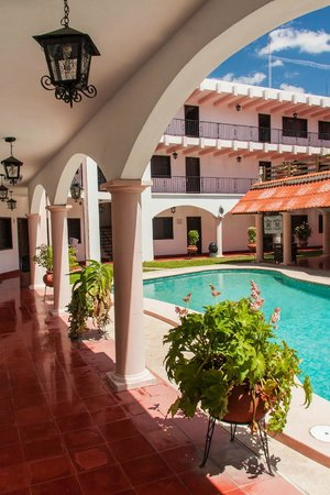 Hotel Zaci: Charming porches surround the pool.