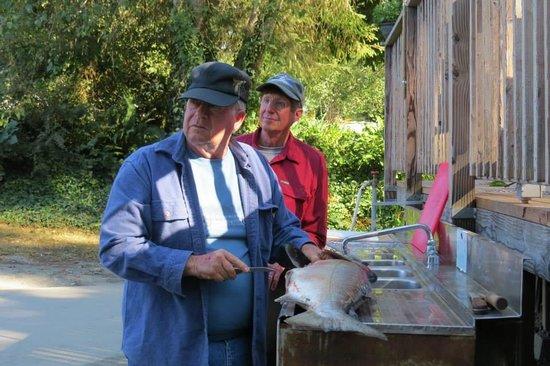 Kamp Klamath RV Park: Cleaning Salmon