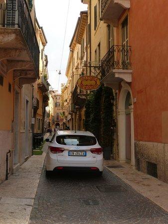 Ristorante Tre Marchetti: a typical car passing