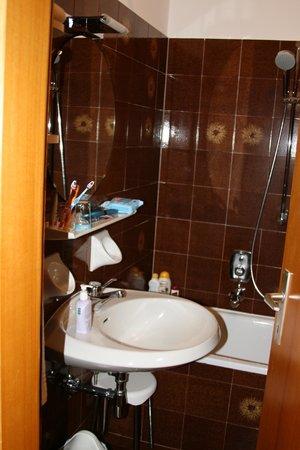 "Hotel Gardenresidence Zea Curtis: Il bagno un po' ""vintage"""