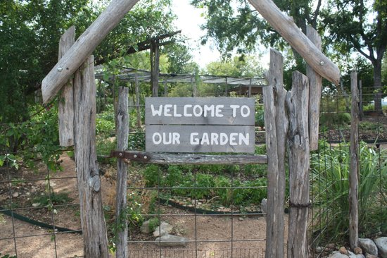 Sage Hill Inn & Spa: Entrance to the garden.