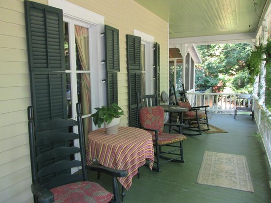 The Edgeworth Inn: Relaxing front porch