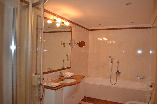 Parkhotel Holzer Hof: ampio bagno