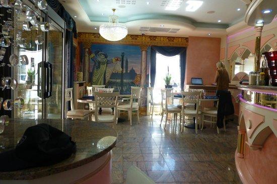 Pizzeria San Remo : intérieur du San Remo (la patronne en arrière-plan)