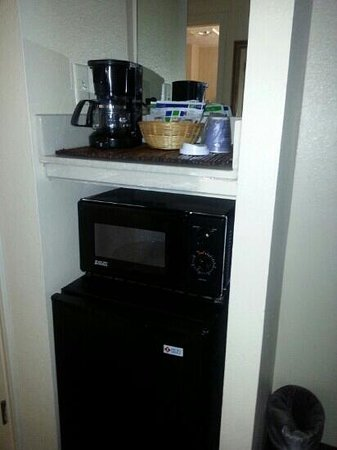 Country Inn & Suites By Carlson, Austin North (Pflugerville) : mircowave and coffee pot in the room