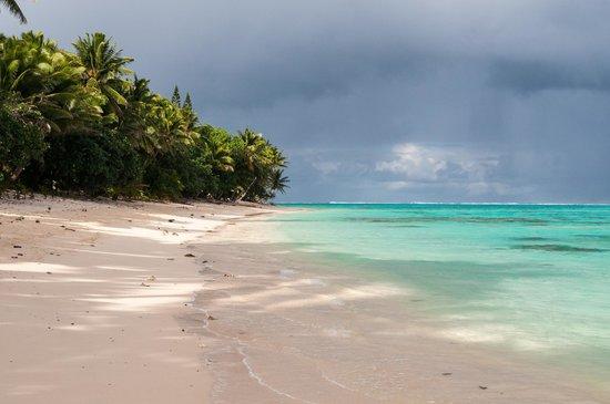 Titikaveka Beach: Sun and Shower