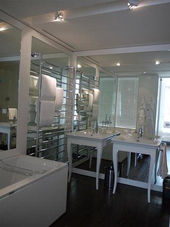 Magna Pars Suites: salle de bain